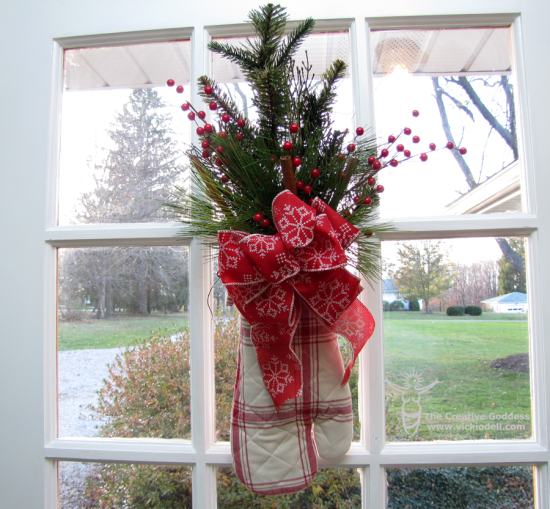 Oven Mitt Christmas Decoration {Wreath Alternative}